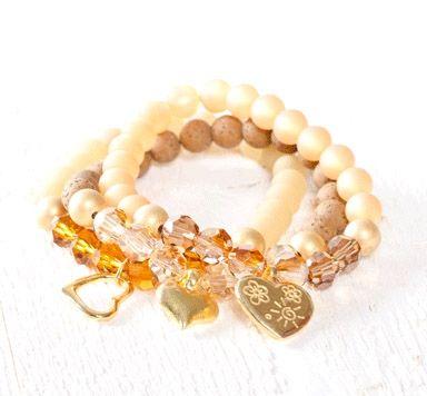 Selstgemachte goldene Schmuckstücke mit Swarovski Perlen