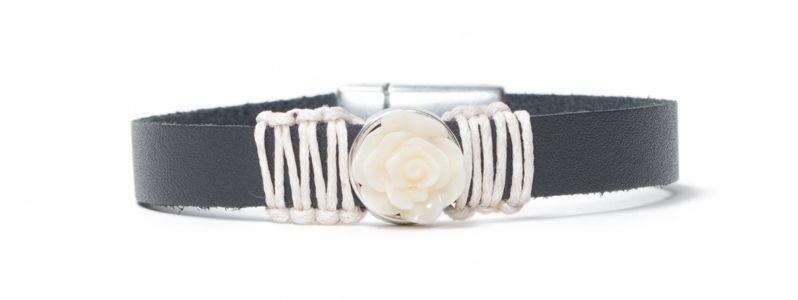 Breites Armband mit  Blumencabochons Weiß