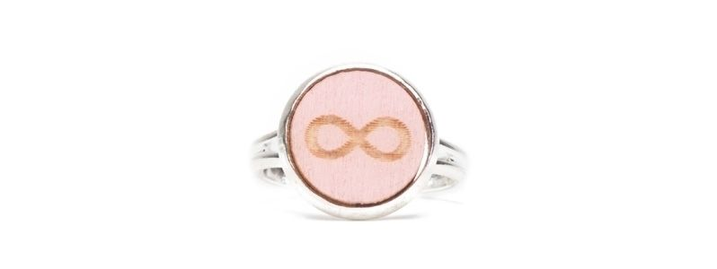 Ring mit Holzcabochon Infinity