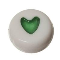 Kunststoffperle, runde Scheibe, 7 x 3,7 mm, weiß mit grünem Herz