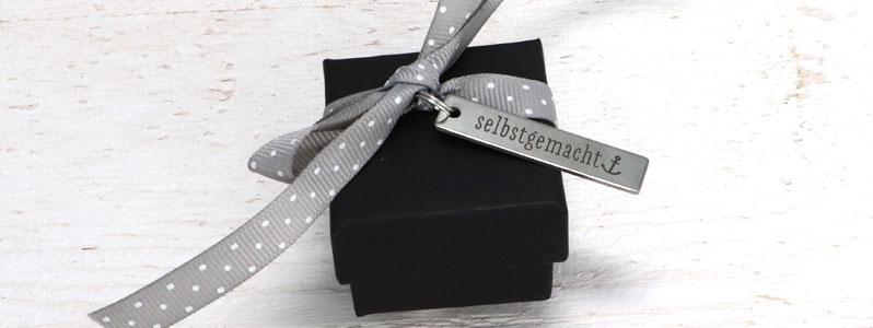 """Geschenkverpackung für Weihnachten mit Edelstahlanhänger """"se"""