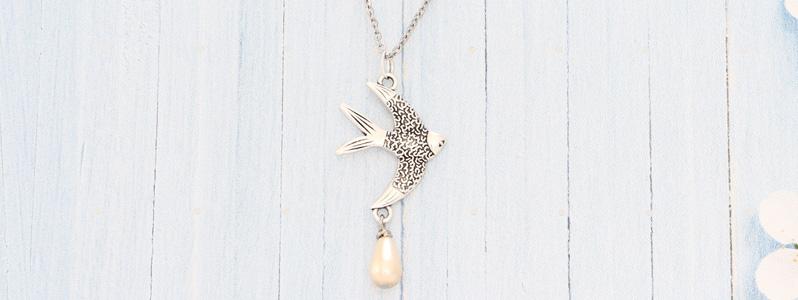 Frühlingskette mit Vogel und Nacre Pearl