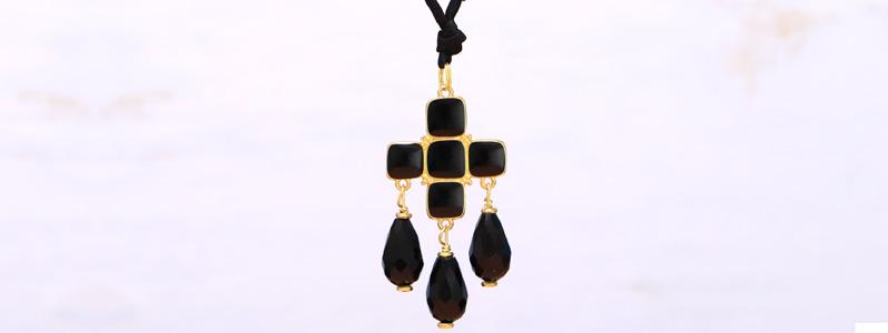 Modern Boho Kette mit emailliertem Metallanhänger Kreuz und