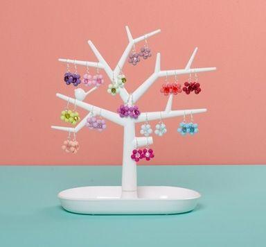 Blumenohrhänger mit Perlen und Modellierdraht