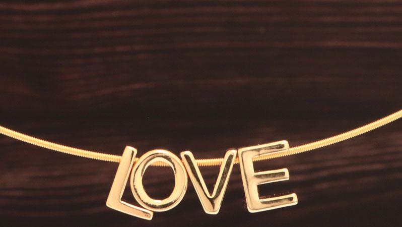 Collier mit Perlen in Buchstabenform Love