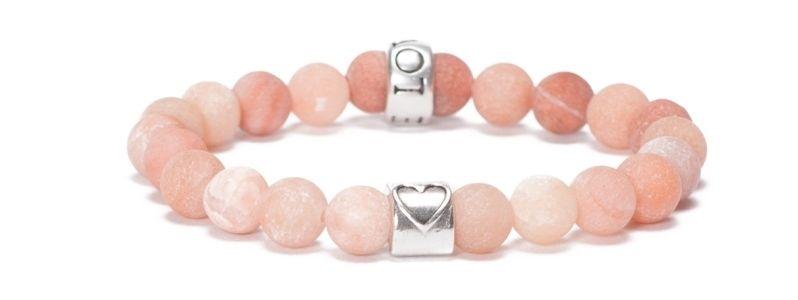 Armband mit bunten Edelsteinkugeln Love
